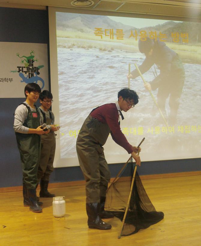 민물고기 탐사 방법에 대해 설명하고 있는 성무성 어벤저스. - 김은영 기자 gomu51@donga.com 제공