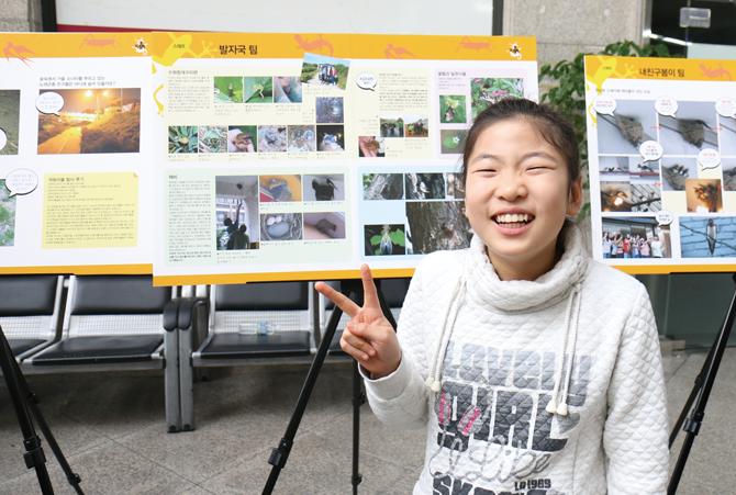광명청개구리 팀의 전지희 대원이 포스터 앞에서 환하게 웃고 있다. - 김은영 기자 gomu51@donga.com 제공