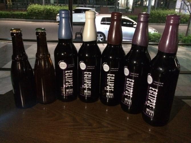벨기에 맥주인 '베스트블레테렌12'(왼쪽 두병)와 미국 맥주 '이클립스'의 국내 소비자가격은 1병당 5~6만원이다. - 황지혜 제공