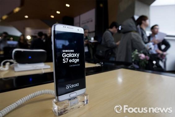 갤럭시S8도 이어폰잭 없애나…내년 2월 스페인 MWC서 공개