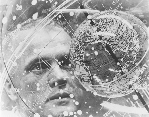 존 글렌이 1962년 플로리다주 군사 기지에서 비행 훈련 도구를 바라보고 있다.  - NASA 제공