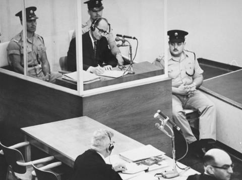재판을 받고 있는 아돌프 아이히만. 그는 자신이 단지 상부의 명령에 충실했을 뿐이었다며, 자신의 무죄를 강변했다. - the United States Holocaust Museum 제공