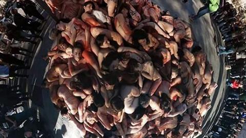 수십 명 남녀가 길바닥에.... 동물보호 캠페인