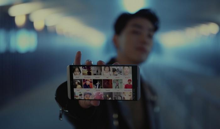 힙합 프로듀서 그레이가 LG V20을 들고 응모작을 소개하고 있다. - LG전자 제공