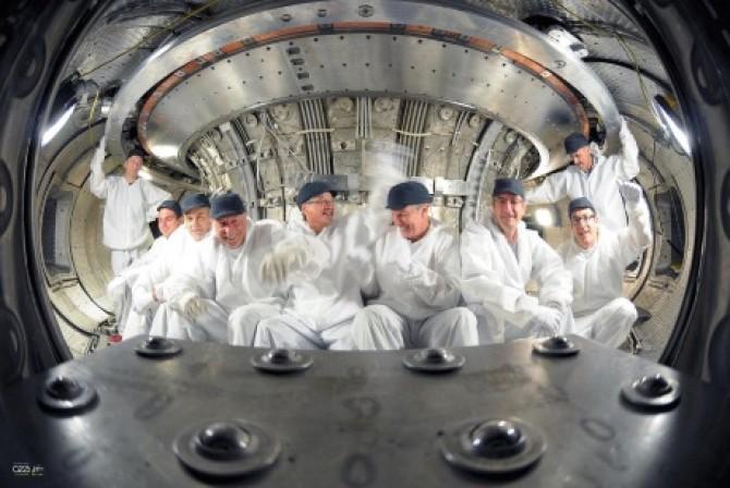 웨스트 연구진이 지난 8월 실험로 내부의 코일 교체에 성공한 뒤 자축하고 있다. - 프랑스 원자력청 제공