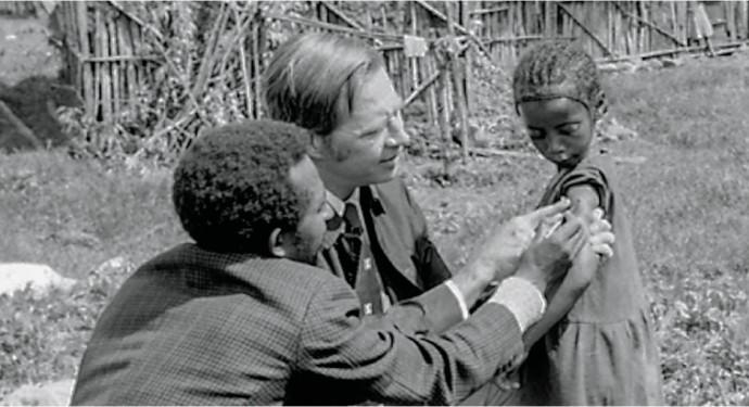 1970년대 아프리카에서 헨더슨(가운데)과 동료가 한 아이에게 천연두 백신을 접종하고 있다. - WHO 제공