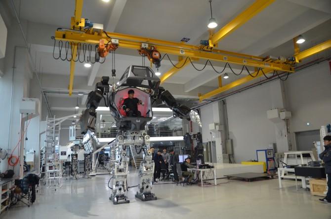 한국미래기술이 개발한 탑승형 두발 로봇 '메소드-2'에 26일 기자가 탑승해 로봇의 팔을 움직여 보고 있다. 탑승자의 팔과 손 움직을 그대로 따라 하도록 만들어졌다. - 한국미래기술 제공