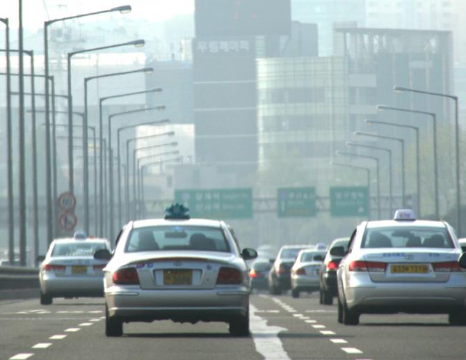 서울 시내에는 이미 수요를 넘는 7만 여 대의 택시가 운행 중이다. - 위키미디어 제공