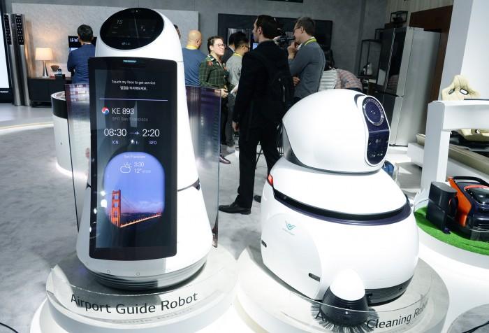 공항안내 로봇과 공항 청소 로봇 - LG전자 제공