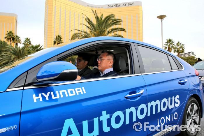 3일(현지시간) 미국 라스베이거스에서 정의선 현대자동차 부회장이 아이오닉 일렉트릭 자율주행차를 시승하고 있는 모습. - 현대자동차 제공