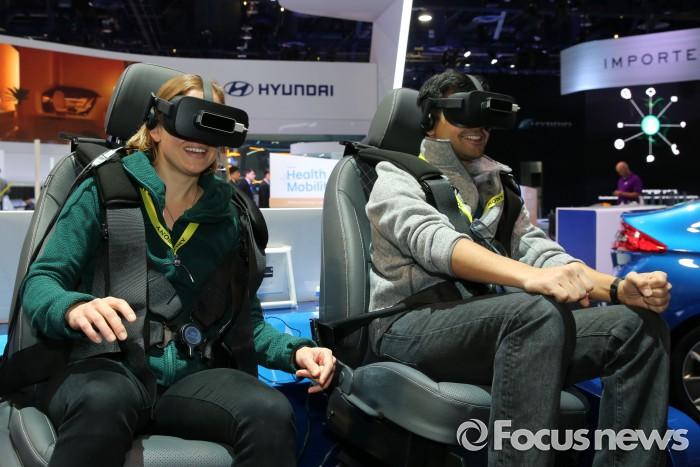 행사 참가자들이 CES 2017에 전시한 현대자동차의 자율주행 VR 시뮬레이터를 이용하고 있는 모습. - 현대자동차 제공