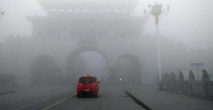 중국 중북부 지방에 짙은 안개가 끼면서 4일(현지시간) 고속도로가 통제되고 항공기 결항이 속출하고 있다. - 트위터 갈무리 제공