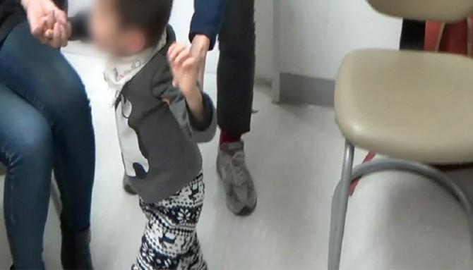 수현이는 병명도 모르는 유전질환을 앓고 있다. 혼자 걸을수도, 말을 할 수도 없는 증상을 갖고 있지만 의료진으로부터