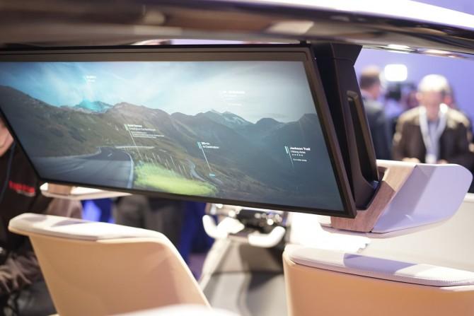 BMW의 콘셉트 차량에는 엔터테인먼트용 디스플레이가 자리했다. - 최호섭 제공