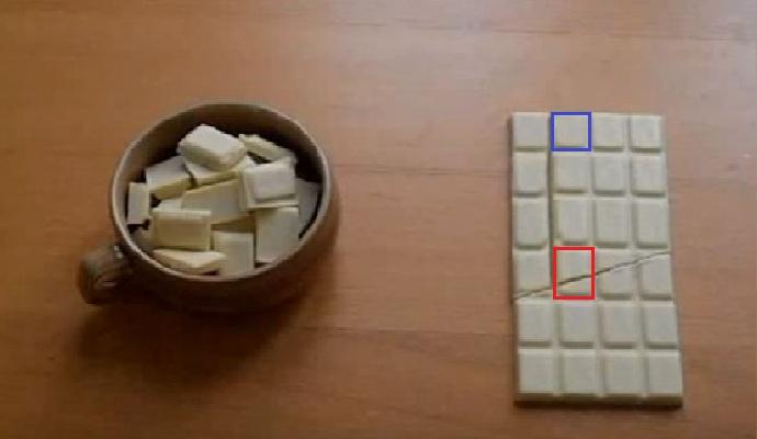 화제의 영상에 등장하는 초콜릿을 캡쳐해 보니, 역시 빨간색으로 표시한 초콜릿 한 조각의 크기와 파란색으로 표시한 초콜릿 한 조각의 크기가 달랐습니다.  - youtube 화면 캡쳐 제공