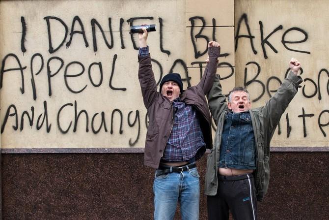 자신의 항소 절차가 제대로 받아들여지지 않자 다니엘은 복지관청의 건물 앞에서 시위를 한다 - 영화사 진진 제공