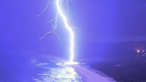 자연의 힘, 해변에 떨어진 벼락