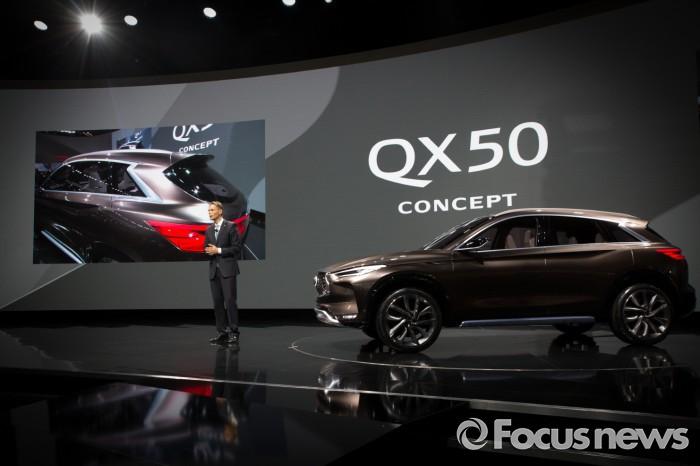 롤랜드 크루거 인피니티 글로벌 대표와 QX50 콘셉트의 모습.  - 인피니티 코리아 제공