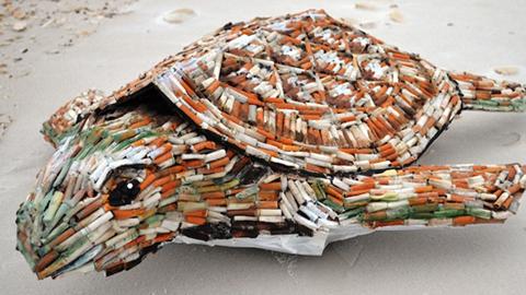해변에 버려진 담배꽁초로 만든 거북