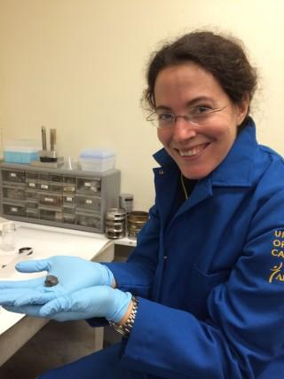 멜라니 바르보니 로스앤젤로스 캘리포니아대(UCLA) 교수가 아폴로 14호가 달에서 가져온 암석 샘플에서 추출한 지르콘 조각을 들어 보이고 있다. 연구진은 연대 추정 결과 달의 나이가 기존 예상보다 많은 45억1000만 년으로 추정된다고 밝혔다. - UCLA 제공