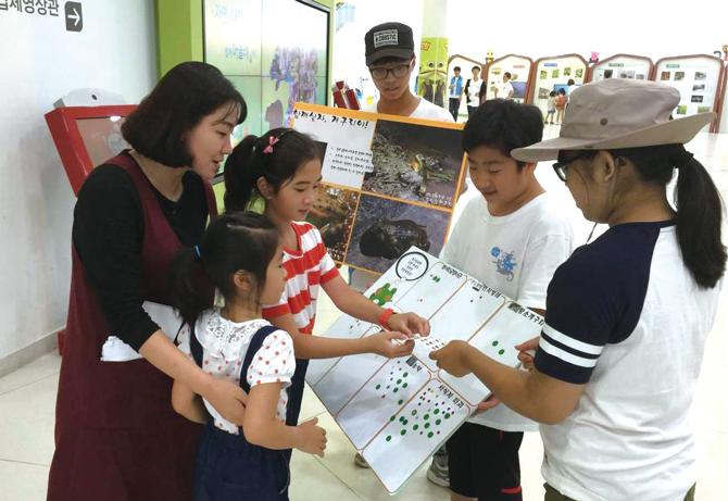 사람들에게 개구리에 대한 설문조사를 하고 있는 탐사대원들.