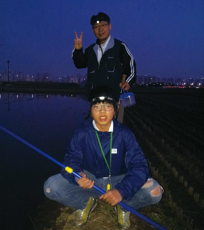 수원청개구리 탐사에 함께 참가한 엄재윤 친구와 아버지.