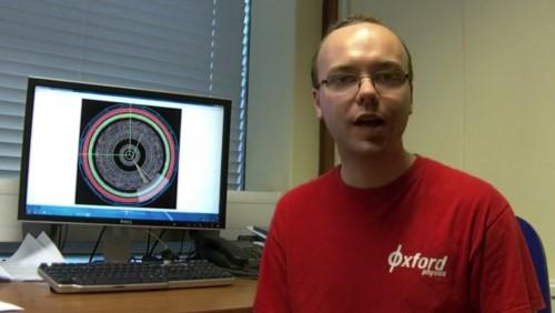 리안 맥도널드 영국 옥스퍼드대 박사과정 연구원이 유럽입자물리연구소(CERN)의 시민과학 프로젝트 '힉스 헌터'에 대해 소개하고 있다. 화면에는 거대강입자충돌기(LHC)로 얻은 데이터가 띄워져 있다. - 유럽입자물리연구소 제공