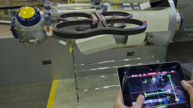 실제 드론(왼쪽)을 화면의 가상 우주공간에서 조종하는 유럽우주국(ESA)의 시민과학 게임 앱 '아스트로 드론'(오른쪽)을 시연하는 모습. - 유럽우주국 제공