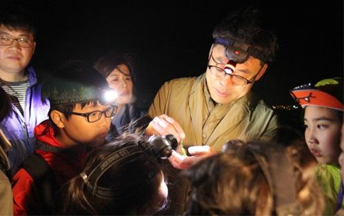 지난해 5월 서울 강서구 김포공항 인근 논에서 멸종 위기 1급 동물인 수원청개구리를 관찰하고 있는 지구사랑탐사대. - 어린이과학동아 제공