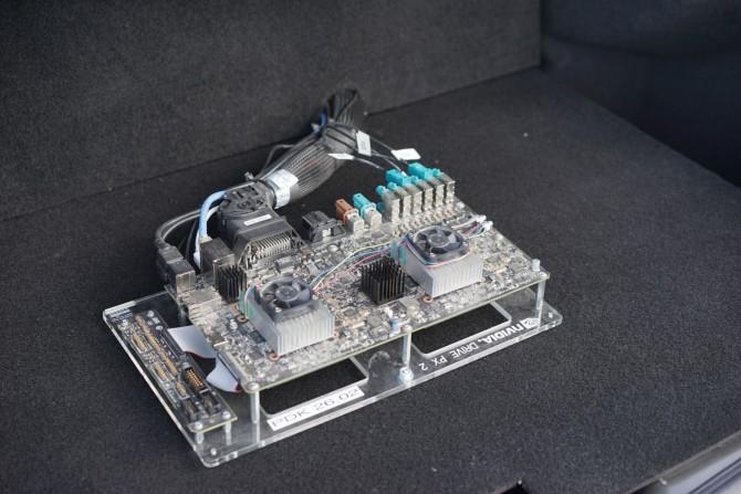 자율주행을 위한 엔비디아의 하드웨어 플랫폼인 PX-2입니다. 두 개의 프로세서로 머신러닝을 통한 도로 학습과 자율 주행을 처리할 수 있습니다. - 최호섭 제공