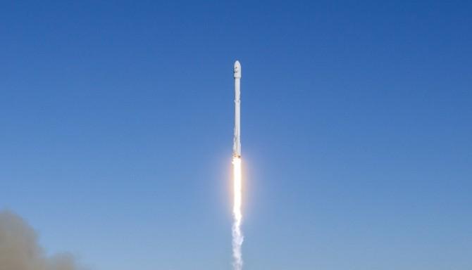 미국의 우주 개발 기업 스페이스X가 14일 오전 9시 54분경(현지 시간) 미국 캘리포니아 주 샌타바버라 카운티 반덴버그 공군기지에서 발사한 로켓 '팰컨9'. 미국의 IT기업 이리듐의 차세대 통신위성 '넥스트(NEXT)' 10대를 지구 저궤도에 진입시키는 데 성공했다. - 스페이스X 제공