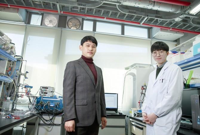 금속공기전지용 촉매를 새롭게 개발한 송현곤 UNIST 교수(왼쪽)과 이동규 연구원. - 울산과학기술원 제공