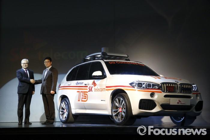 난 15일 인천 영종도 BMW 드라이빙센터에서 김효준 BMW 사장(왼쪽)과 이형희 SK텔레콤 사업총괄이 5G 단말기를 탑재한 커넥티드 카 T5를 공개하는 모습. - BMW 그룹 코리아 제공