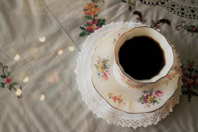 오늘의 커피를 내린 잔은 영국 본차이나 찻잔이다 - 고기은 제공