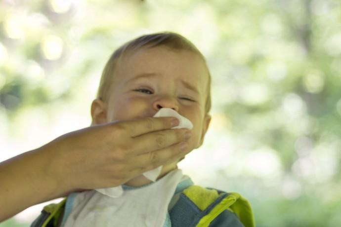 물티슈로 아이의 입 주변을 닦을 땐, 물티슈의 성분을 먼저 확인하세요! - GIB 제공