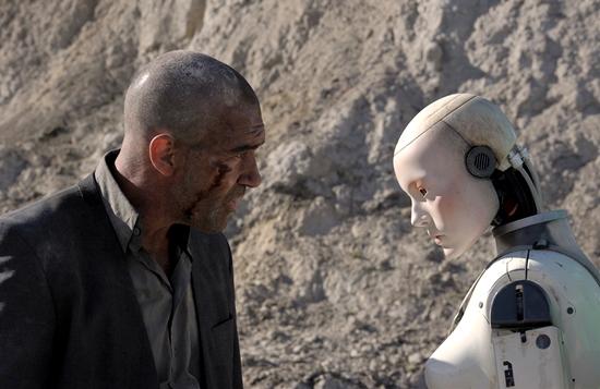 영화 오토마타의 한 장면. 로봇이 스스로 자신을 수리하며 진화하는 과정을 담았다. - 인피니티엔터테인먼트 제공