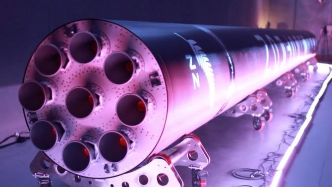 미국의 우주 개발 스타트업 로켓랩이 개발한 첫 전기모터 로켓인 '일렉트론(Electron)'. 리튬폴리머 배터리로 작동하는 전기모터로 액체연료와 산화제를 연소실에 주입하는 '러더퍼드' 엔진 9개가 1단 로켓을 추진한다. - 로켓랩 제공
