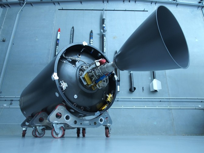 세계 최초의 전기모터 엔진 '러더퍼드'(왼쪽). 이를 개발한 미국 스타트업 로켓랩은 이르면 내달 러더퍼드 엔진 10개로 이뤄진 2단 로켓 '일렉트론'의 첫 시험발사에 나선다. - 로켓랩 제공