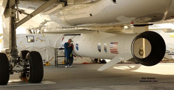 지난달 15일(현지 시간) 미국항공우주국(NASA)의 허리케인 관측위성을 실은 오비털ATK의 공중발사 로켓 '페가수스XL'이 록히드마틴의 항공기 '스타게이저'에 장착된 모습(오른쪽). - 미국항공우주국 제공