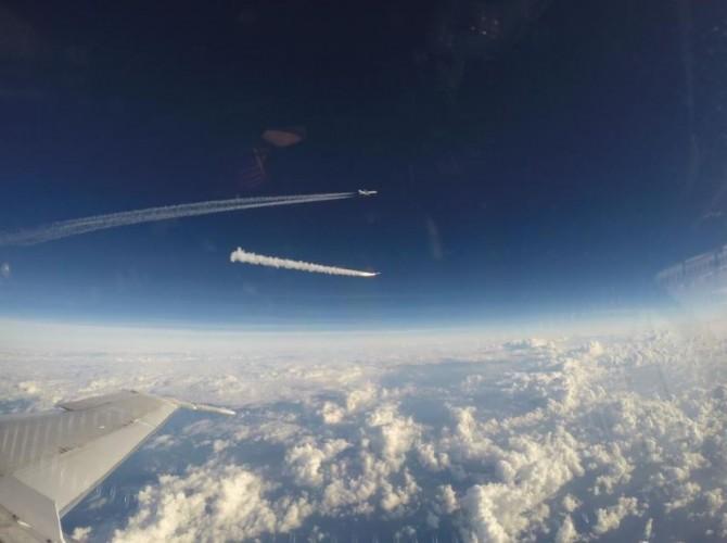 지난달 15일(현지 시간) 미국항공우주국(NASA)의 허리케인 관측위성을 실은 오비털ATK의 공중발사 로켓 '페가수스XL'이 상공 12㎞ 고도에 올라간 록히드마틴의 항공기 '스타게이저'에서 분리돼 1단계 추진을 하고 있는 모습. - 오비털ATK 제공