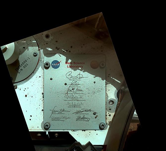 미국항공우주국(NASA)의 화성탐사 로봇 '큐리오시티'가 화성에서 촬영한 사진. NASA는 퇴임을 앞둔 버락 오바마 미국 대통령에 대한 감사의 의미로 그의 서명이 새겨진 알루미늄 판을 화성 표면에 남겼다고 13일(현지 시간) 트위터를 통해 밝혔다. - 미국항공우주국 제공