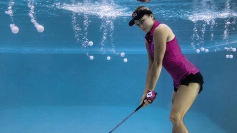 물속에서 골프 치는 선수
