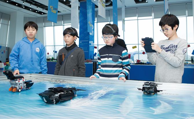 레고 구조대에서는 레고블록을 이용해 다양한 해양생물들을 구출하는 체험을 할 수 있다. - 아자 스튜디오 이서연 작가 제공