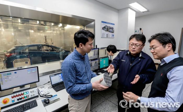 현대·기아자동차 남양연구소 배기촉매리서치랩·배기개발팀 연구원들이 배출가스 저감 장치 촉매 연구를 하고 있는 모습. - 현대·기아자동차 제공