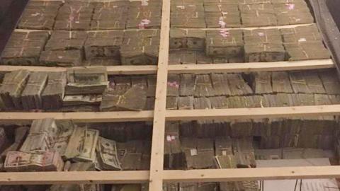 침대 밑에서 230억 원 돈다발 발견