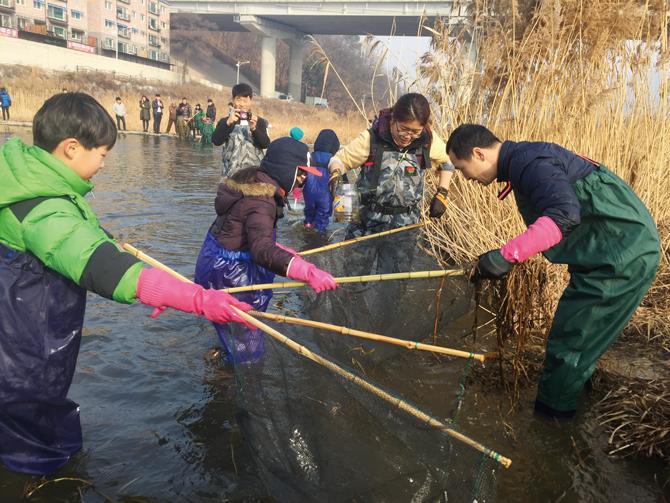 지난 1월 곤지암천에서 민물고기 탐사를 하는 모습. - 현준서(여주 이포초 하호분교 6), 어린이과학동아 제공