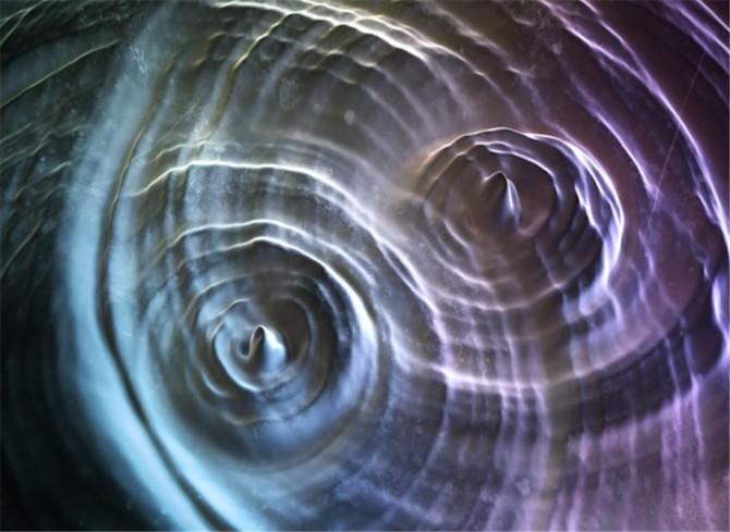두 개의 자구벽이 부딪힐 때 나타나는 강한 크기의 스핀파의 모습. 울산과학기술원 연구진은 스핀파가 강자성체에 미치는 물리적 원리를 처음으로 규명했다. - 울산과학기술원 제공