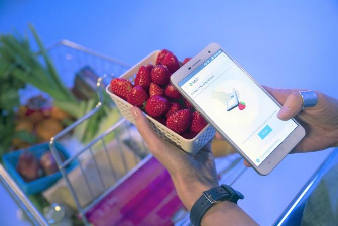 중국의 창홍이 개발한 스마트폰 'H2'는 근적외선을 감지하는 소형 분광기인 스키오(SCiO) 센서를 탑재했다. - Changhong 제공