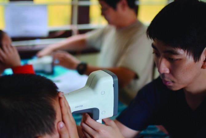 한국에서 개발한 휴대용 검안기를 시연하는 모습. - OVITZ 제공