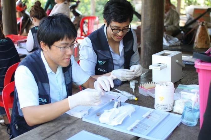 한국에서 개발한 말라리아 키트를 시연하는 모습. - Noul 제공